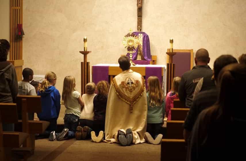 Waarom (en hoe) jij jouw kinderen naar Eucharistische Aanbidding brengt